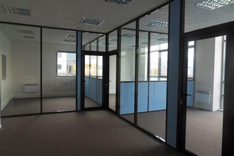 separation de bureau en verre les cloisons de bureau vitrées toute hauteur espace