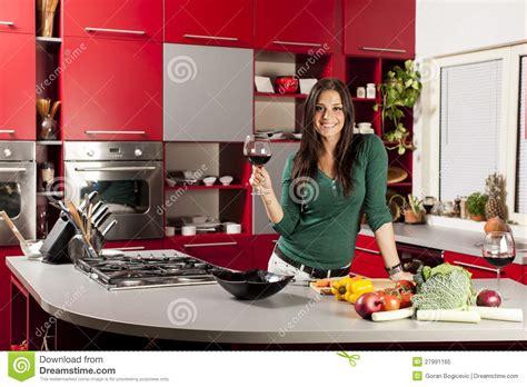 la cuisine des femmes femme dans la cuisine avec la glace de vin image