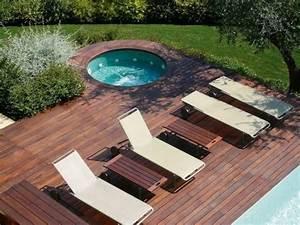 Holz Für Die Terrasse : terrasse mauerscheiben und holz pool im garten holz kunstrasen garten nowaday garden ~ Markanthonyermac.com Haus und Dekorationen