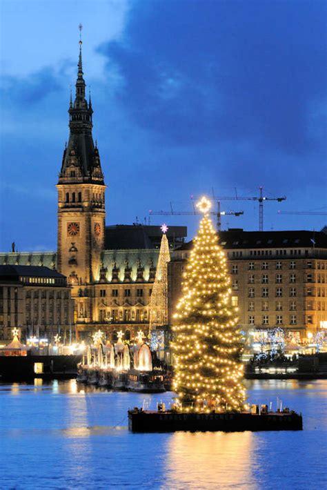 0043 1284 beleuchteter weihnachtsbaum auf der alster alstertanne adventszeit