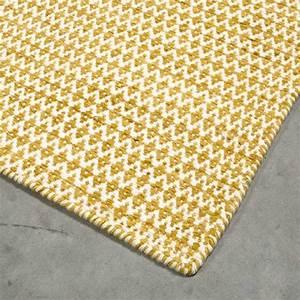 tapis sur mesure jaune en laine teintee mic mac par angelo With tapis jaune avec canapé haute gamme