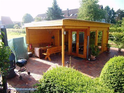 gartenhaus mit überdachter terrasse rustikales und modernes flachdach gartenhaus mit gro 223 em grillplatz die 252 berdachte terrasse ist