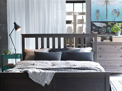 chambre simple pour deux personnes chambre avec lit pour deux personnes tables de nuit et