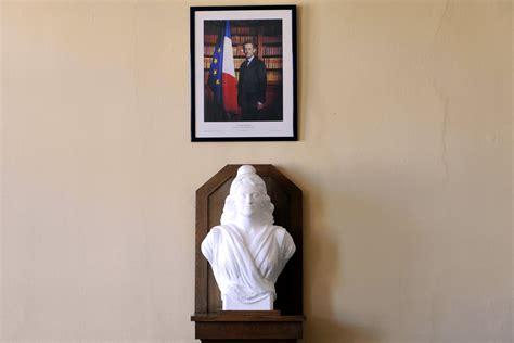 le bureau chelles chelles le portrait de sarkozy trône toujours