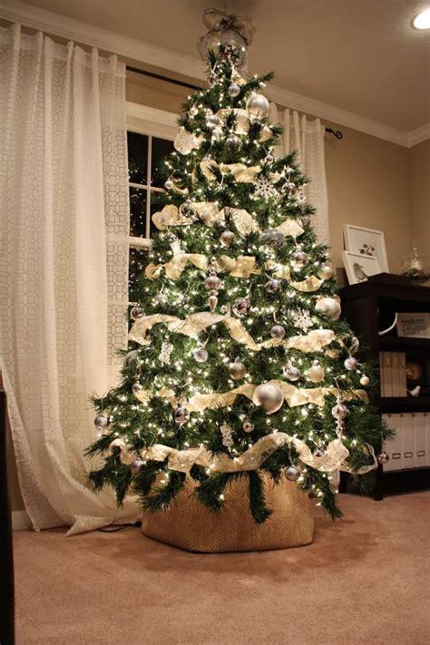 how to put vertical ribbon on christmas tree a 10 legszebb kar 225 csonyfa d 237 sz 237 ts szalagokkal roomlybox