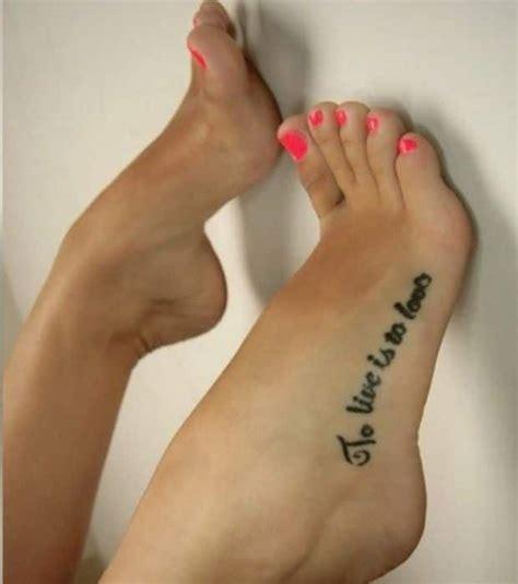 tatouage interieur pied femme tatouage pied phrase