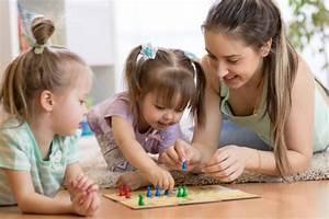 Spiele Für Kleinkinder Drinnen : gruppenspiele f r kinder infos und ideen zu spielen im kindergarten ~ Frokenaadalensverden.com Haus und Dekorationen