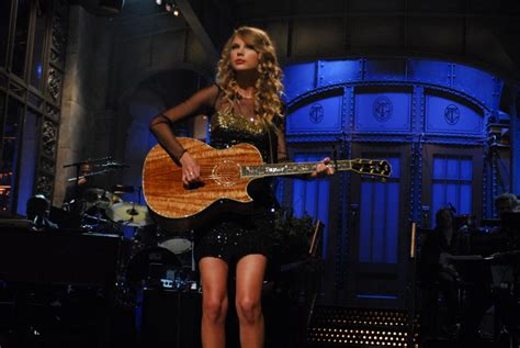 """Taylor Swift Plays """"Call It What You Want"""" on SNL, Making ..."""