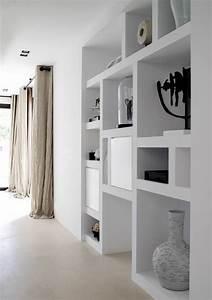 Etagere Salon Design : d co salon etag res int gr es et longs rideaux de lin pour cet int rieur pur ~ Teatrodelosmanantiales.com Idées de Décoration