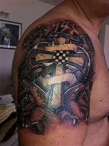 Kreuz Tattoo Oberarm : beste religi se tattoos tattoo lass deine tattoos bewerten ~ Frokenaadalensverden.com Haus und Dekorationen