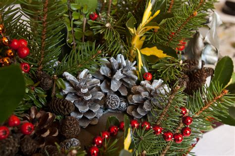 decoration de noel avec du houx diy confectionner une d 233 coration de no 235 l naturelle apodioxe