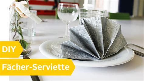 servietten falten fächer anleitung servietten falten besteck einwickeln servietten falten einfach besteck wickeln leichte