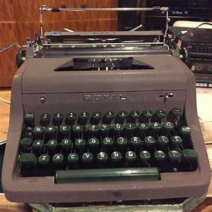 Vintage Royal Quiet Deluxe Manual Typewriter With Case