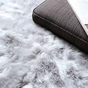 Tapis Blanc Fausse Fourrure : tapis de prestige gris en fausse fourrure par ligne pure ~ Teatrodelosmanantiales.com Idées de Décoration