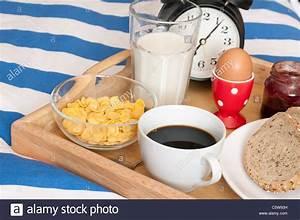 Frühstück Im Bett Tablett : fr hst ck im bett brot marmelade kaffee gekochtes ei milch cornflakes und wecker auf ~ Sanjose-hotels-ca.com Haus und Dekorationen