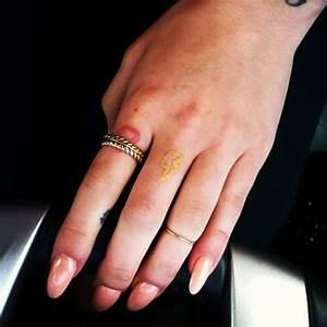 Finger Tattoo Symbole : energy symbol tattoo on finger ~ Frokenaadalensverden.com Haus und Dekorationen