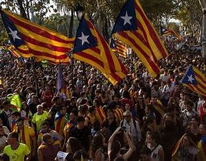 Spain's civil CRISIS: Police boats BLOCKED by Catalan ...