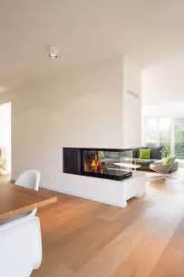 modernes wohnzimmer mit kamin die besten 17 ideen zu neubau auf white trim dunkle türen und haus stile