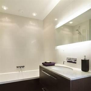 Großer Spiegel Mit Beleuchtung : gro er schmaler wandspiegel bad mit integrierter ~ Michelbontemps.com Haus und Dekorationen
