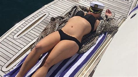 kelly osbourne displays  insane bikini body