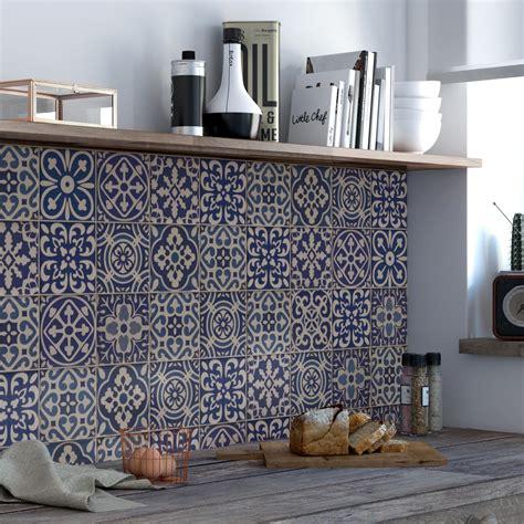 habiller les murs de la cuisine de carrelage carreaux de ciment gris et bleu jpg