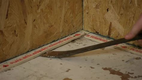 Video: How to Remove Vinyl Asbestos Tiles & Nailed Tack