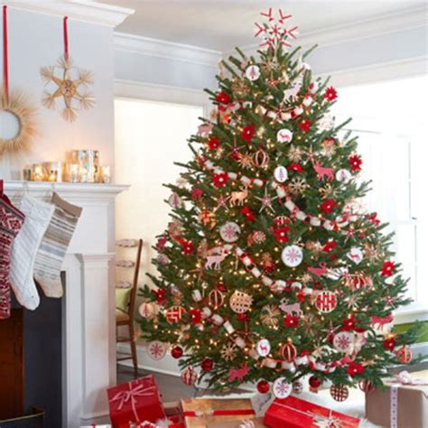 christmas tree decorations on 30 traditional and unusual christmas tree d 233 cor ideas digsdigs