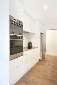Ikea Küchen Griffe : can you believe this couple 39 s sleek kitchen is from ikea kitchen cabinets k che ~ Eleganceandgraceweddings.com Haus und Dekorationen