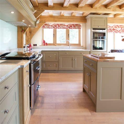 english oak kitchen cabinets chesterfield 39 classic 39 kitchen traditional kitchen
