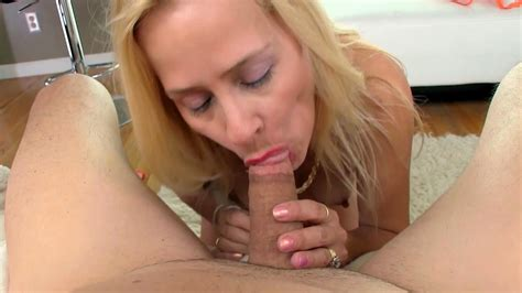 Hot Mom Gives Adorable Oral Xbabe Video