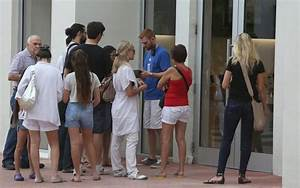 Apple fans in Miami line up to wait for a new iPhone 6 ...