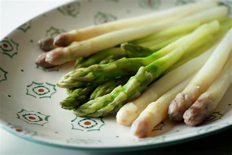 cuisiner des asperges vertes vidéo éplucher et cuire les asperges