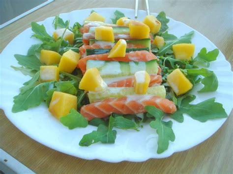 cuisiner un saumon salade de roquette saumon cru concombre et mangue sauce