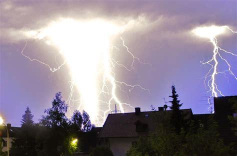 gewitter mega blitze bei unwetter  bayern bilder