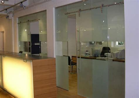 porte de bureau en verre cloison porte coulissante en verre partiellement depoli