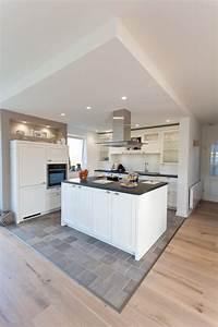 Deckenlampe Küche Modern : moderne aber auch rustikale k che im landhaus design in wei mit schwarzer naturstein ~ Frokenaadalensverden.com Haus und Dekorationen