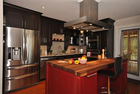 armoire cuisine en bois cuisine cuisine en merisier de couleur noir avec un