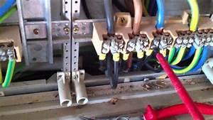 Strom  Lose Klemmverbindung Am Klemmstein  Elektro
