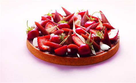 dessert de saison ete tarte 224 la rhubarbe fraises et amandes par heitzler