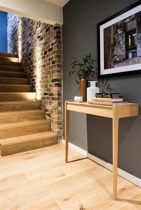 mont 233 e d escaliers avec un mur de briques picslovin