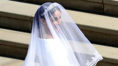Angeblich soll meghan markle zur hochzeit ein kleid dieser designerin tragen. Brautkleid Meghan Markle: SIE hat Meghans Givenchy-Kleid ...