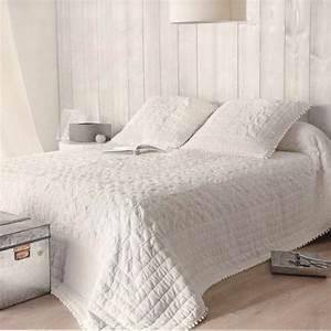 Couvre Lit Blanc : dessus de lit romantique en pur coton coloris blanc chambre pinterest lits romantiques ~ Teatrodelosmanantiales.com Idées de Décoration