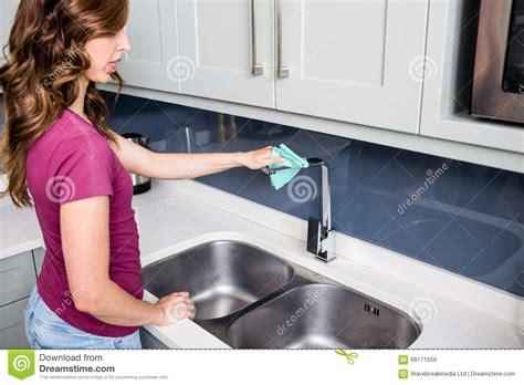 l evier de cuisine robinet de nettoyage de femme à l 39 évier de cuisine photo