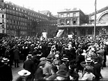 The Crowds Gather: The Reaction to WarThe photographs ...