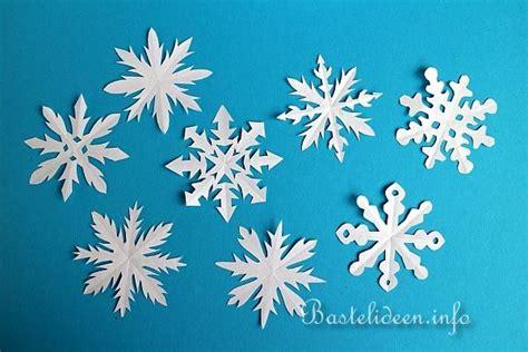 schneeflocken basteln papier weihnachtsbasteln papier schneeflocken basteln