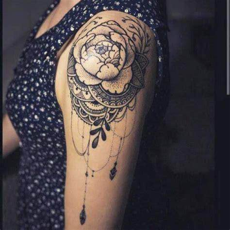 tatouage de femme tatouage fleurs noir  gris sur epaule
