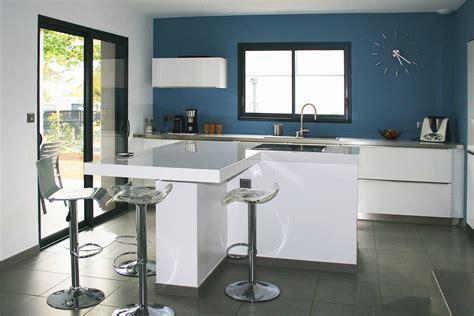 cuisine blanche et bleue réalisation cuisines prestation construction maison la