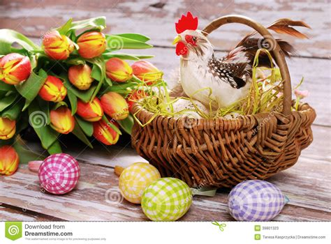 panier de basket pour chambre wicker basket with rooster and eggs for easter stock photo