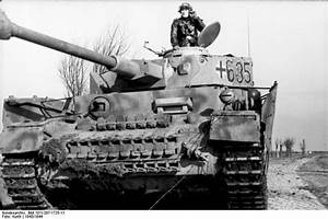 [Photo] Tank commander and his Panzer IV tank of German ...