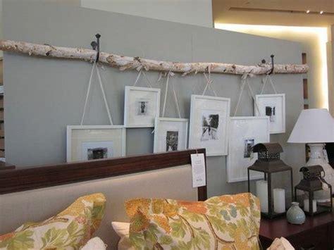 birkenstamm  der wand mit haengenden bildern wohnideen
